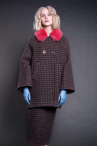 Удлиненный жакет с норковым воротником и юбка из твида.