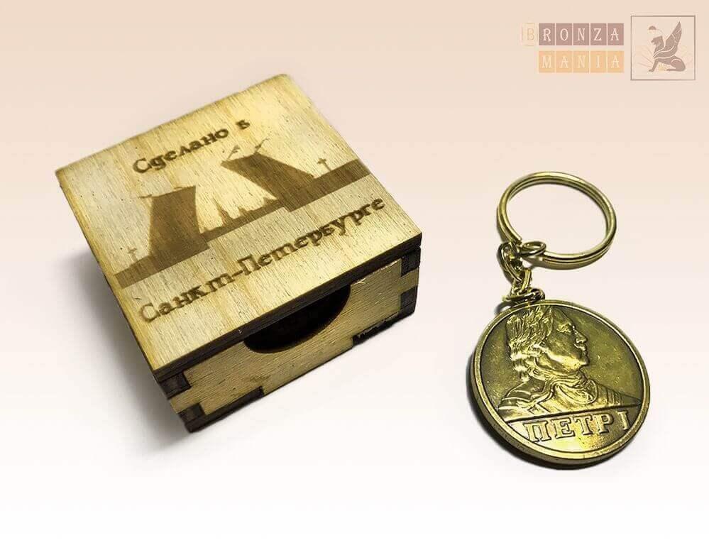 коробка из дерева под брелоки и значки