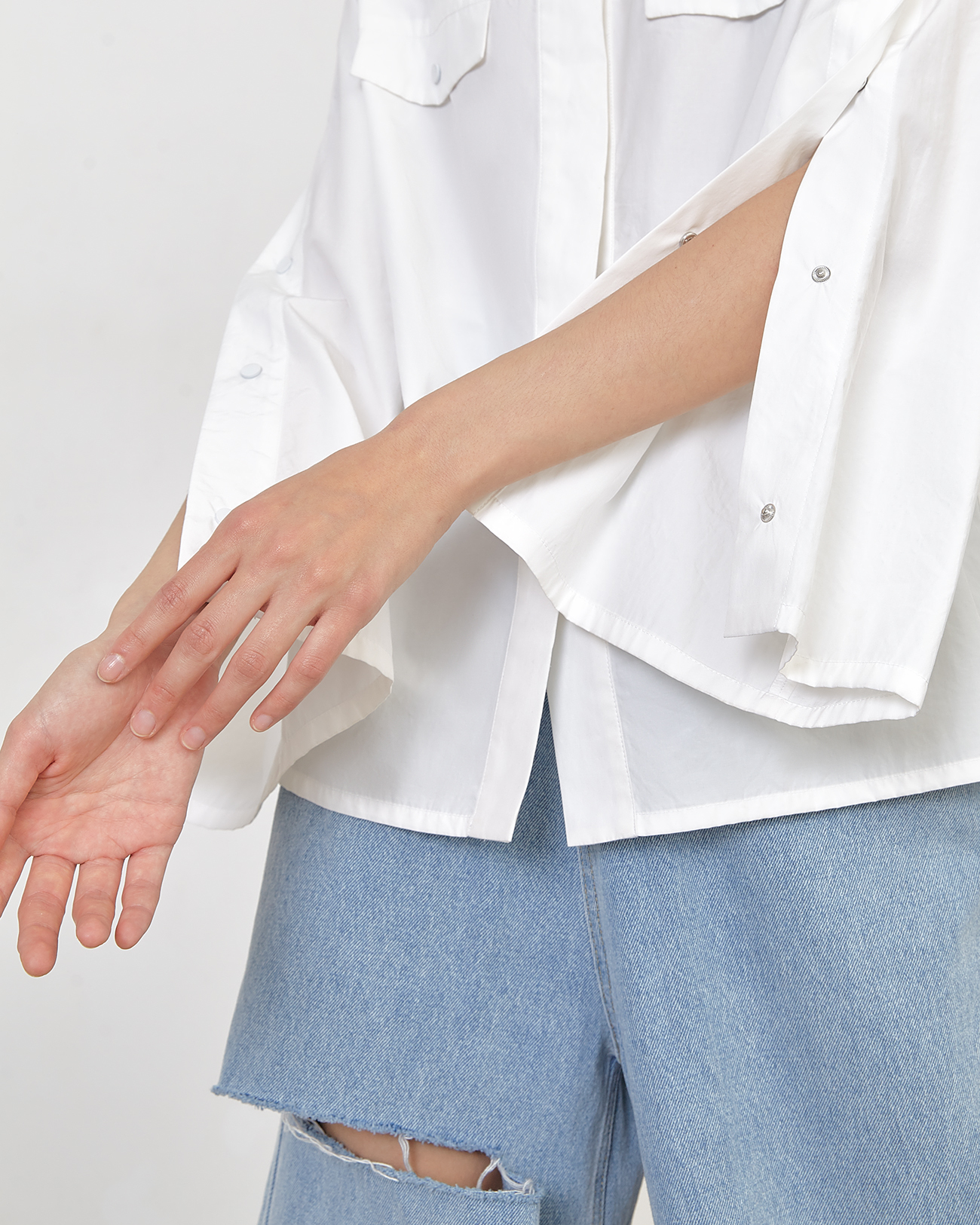 Рубашка с кнопками белого цвета фото
