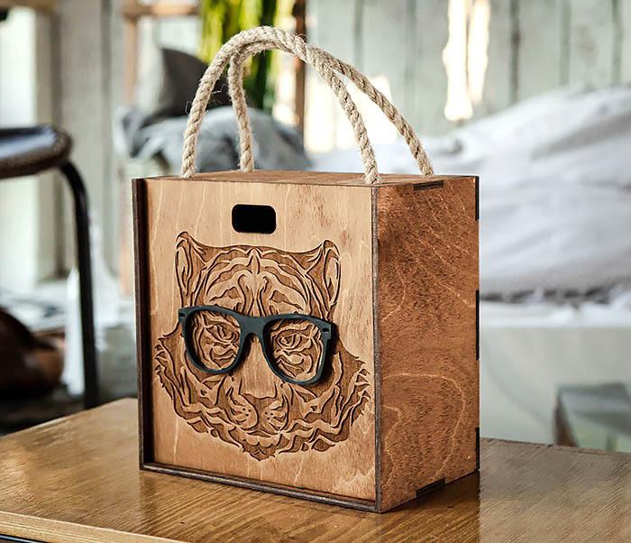 BOX248-2 Коробка с ручками для подарков с тигром в очках (17*17*10 см) фото 03