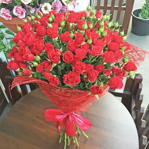 Букет красных кустовых роз