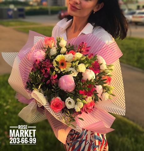 Букет  с пионами, розами и экзотикой #2017
