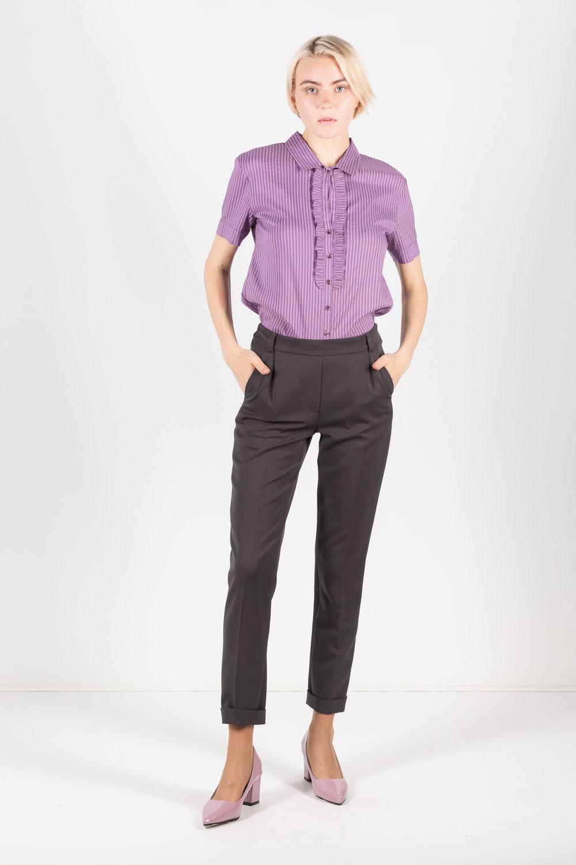 Брюки А492-745 - Укороченные зауженные брюки красиво подчеркивают стройность ног и сохраняют тепло. Стрелки визуально удлиняют ноги и визуально создают женственный, стройный силуэт. Универсальный темно-серый цвет отлично комбинируется с деловым и повседневным гардеробом. В составе ткани брюк 5% эластана, что обеспечивает комфорт и отличную посадку по бедру.