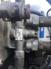 Кран 4-х контурный/ тормозной кран МАН ТГА КНОРР   4-х контурный защитный клапан! 6.9/4.5 bar, M16х1.5 \MAN TG-A  KNORR BREMSE - 81521516096; AE4613; II38802F  OEM MAN - 81521516096     Разборка МАН ТГА.   Разбираем грузовики МАН ТГА, разбираемые нами авто все из Европы, б/у запчасти  в отличном состоянии. Наш товар уже был в употреблении, но это не означает, что он низкого  качества. Каждый из наших сотрудников имеет многолетний опыт работы с подобными  автомобилями. Подбор запчастей по VIN-номеру автомобиля, отправка по всей России, гарантия на  запчасти!   Помимо б/у запчастей МАН, вы так же можете приобрести у нас высококачественный аналог  Европейских, Турецких и Китайских производителей.  Новые запчасти на МАН