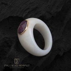 Кольцо из белого нефрита с рубином