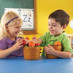 Дети играют в набор продуктов Фрукты в ведерке Learning Resources