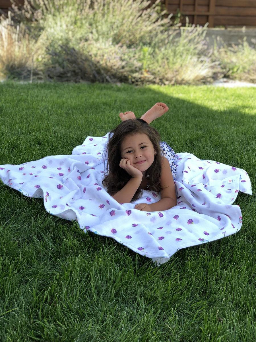 Имиджевое фото ребёнка с муслиновым одеялом Adam Stork лимитированной коллекции с малышариками
