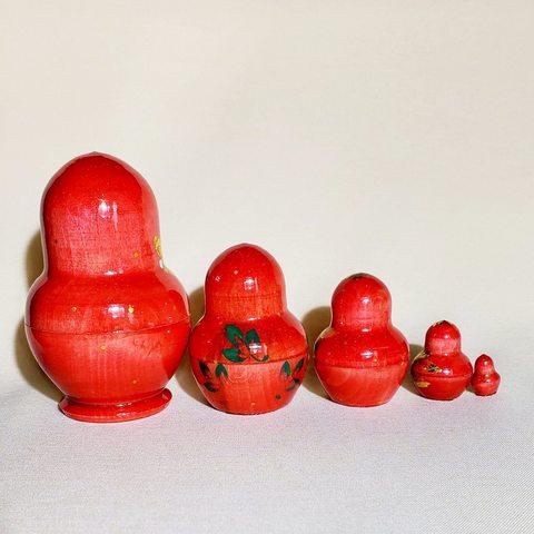 Матрешка Рябинки с поталью на красном фоне 5 в 1; Высота 9 см.