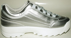 Серебристые кроссовки на высокой подошве