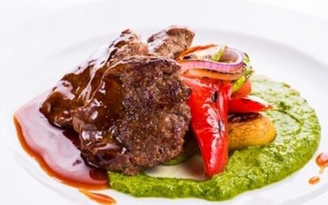 Медальйони з яловичини з овочами на живому вогні та віскі соусом / Beef medallions with vegetables on open fire with a whiskey sauce