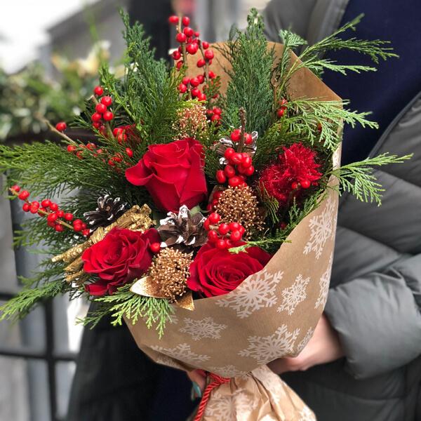 Букет из цветов и декоративных материалов 402