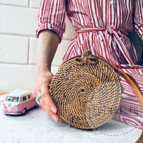 Сумка плетеная из ротанга круглая Коричневая маленькая с бантиком