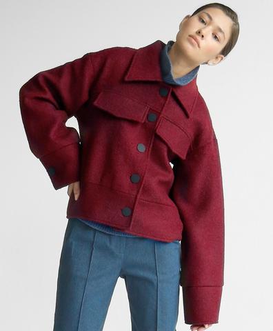 Короткое пальто винного цвета