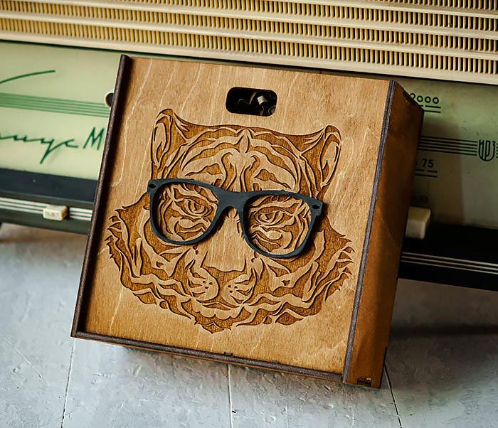 BOX249-2 Подарочная коробка из дерева с тигром в очках (17*17*7 см) фото 04