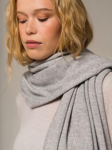 Женский шарф цвета серый меланж из 100% кашемира - фото 3