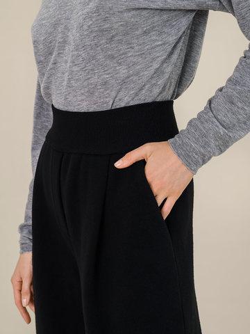 Женские свободные брюки черного цвета из шерсти - фото 5