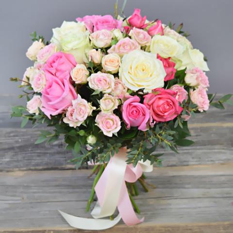 Букет  с розами и эвкалиптом