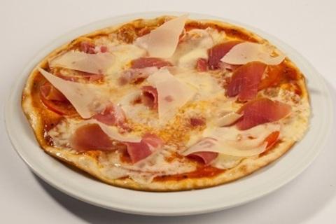 Піца з моцарелою і пармской шинкою