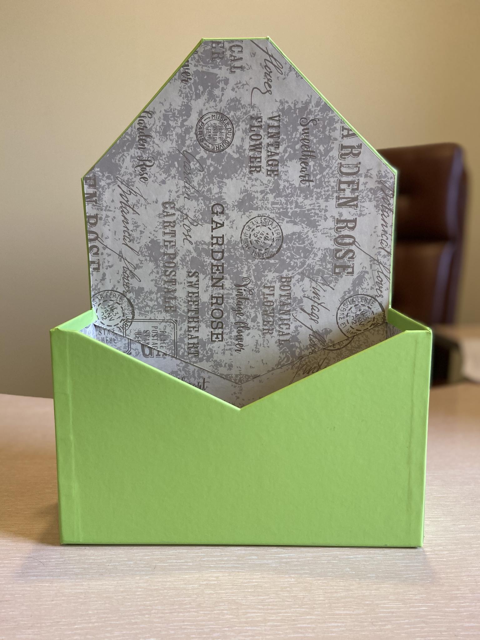 Картонная коробка для цветов в форме конверта . Цвет: Зеленый  . Розница 300 рублей .
