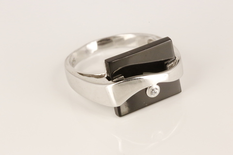 Кольцо с ониксом и цирконом из серебра 925