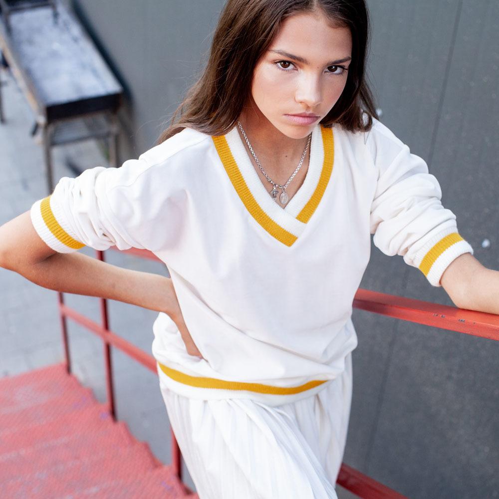 Костюм велюровый белого цвета на девочку
