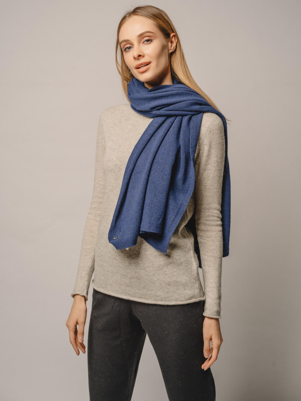 Женский шарф денимного цвета - фото 1