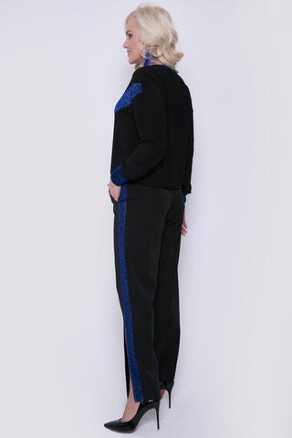 """<p>Идеальное решение для эффектного """"выхода в свет"""". Брюки на резинке с функциональными карманами из костюмной ткани. Свитшот из трикотажа с оригинальной отделкой.</p>"""