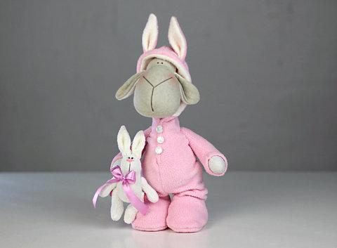 Овечка в рожевій піжамі зайчика. Овечка Тільда.