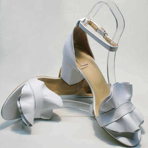 Белые босоножки на толстом каблуке. Белые босоножки с закрытой пяткой. Женские босоножки сандалии AriAndano-White.