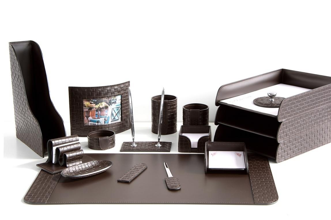 На фото набор на стол руководителя артикул 61515-EX/CT 16 предметов выполнен в цвете темно-коричневый шоколад кожи Cuoietto Treccia и Cuoietto. Возможно изготовление в черном цвете.