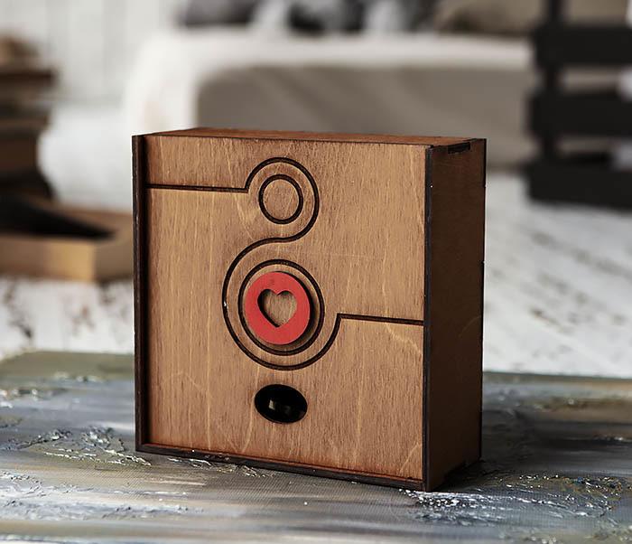 BOX222-2 Деревянная коробка коричневого цвета с восьмеркой и сердцем (17*17*7 см)