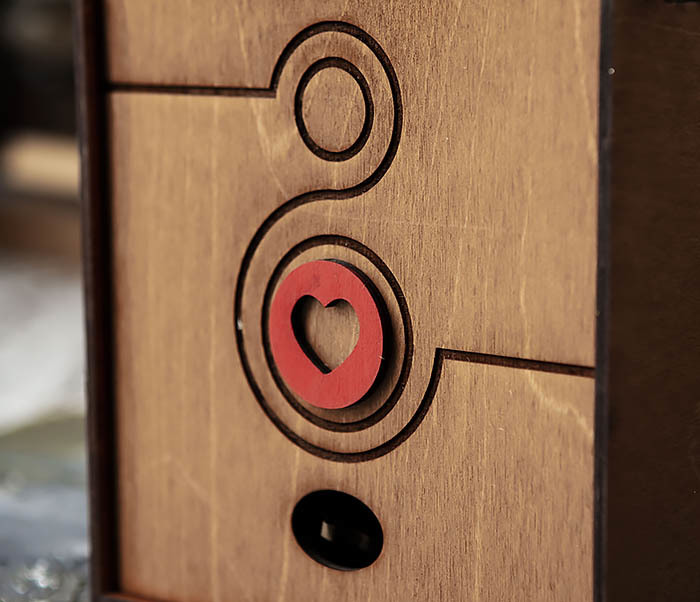 BOX222-2 Деревянная коробка коричневого цвета с восьмеркой и сердцем (17*17*7 см) фото 02