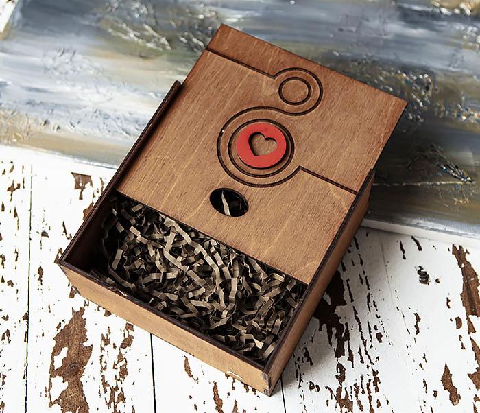BOX222-2 Деревянная коробка коричневого цвета с восьмеркой и сердцем (17*17*7 см) фото 03
