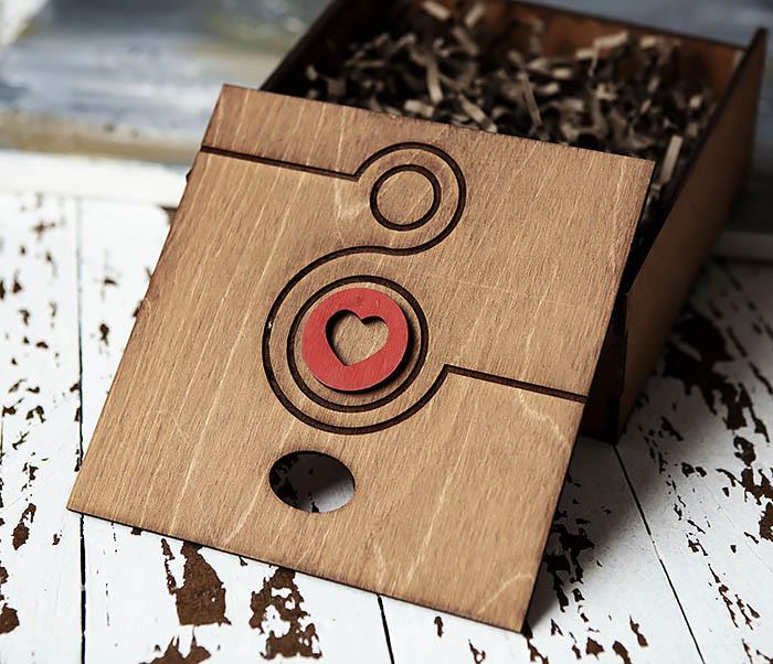 BOX222-2 Деревянная коробка коричневого цвета с восьмеркой и сердцем (17*17*7 см) фото 04