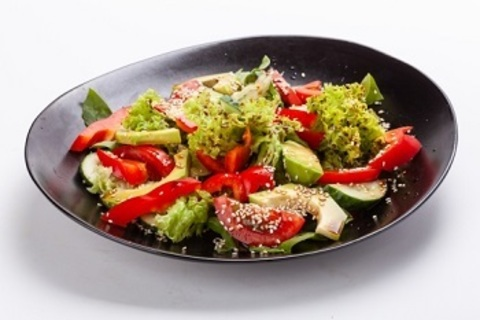 Салат зі свіжих овочів та авокадо / Fresh vegetable salad with avocado