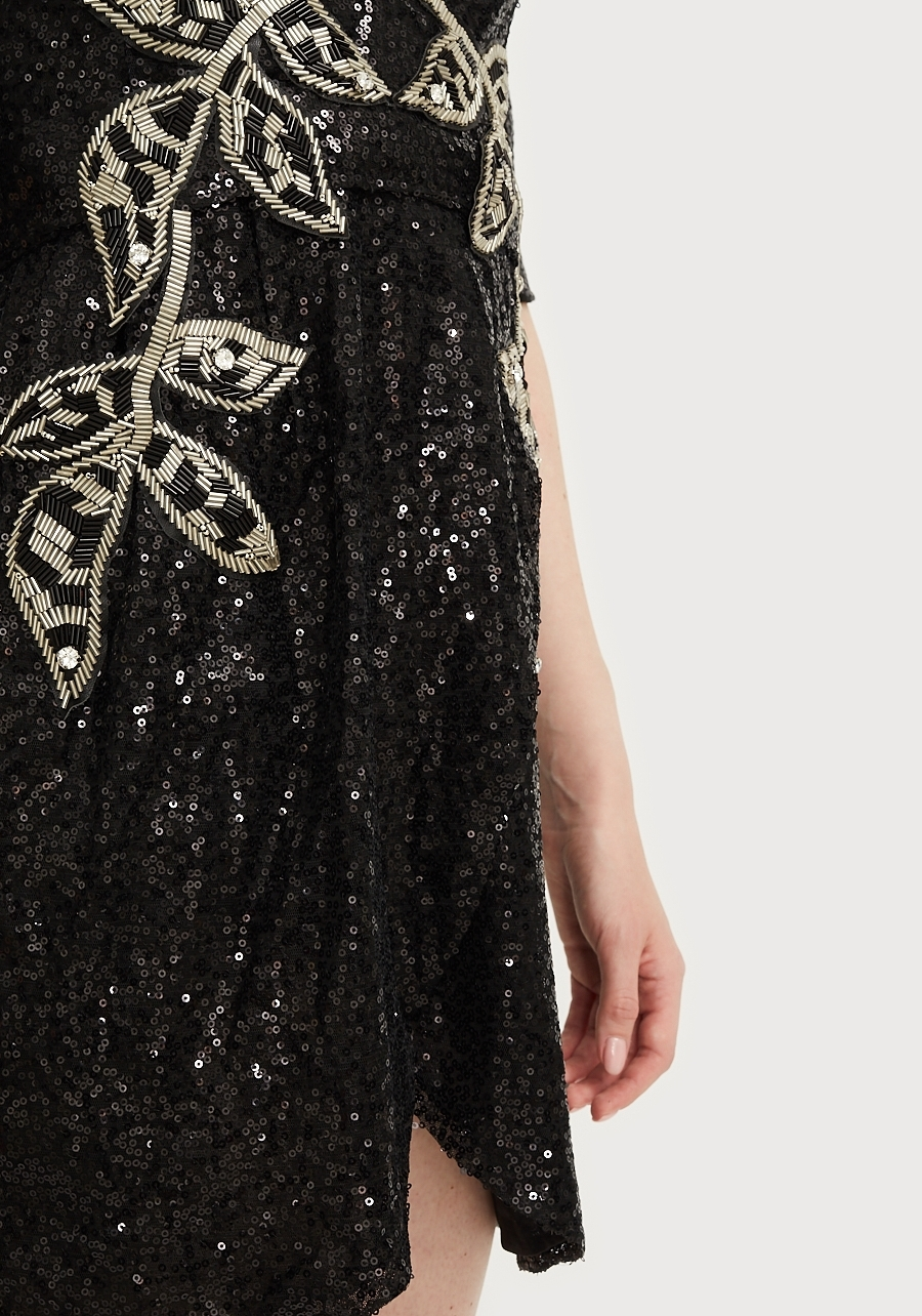 Платье черное с пайетками и оригинальным декором