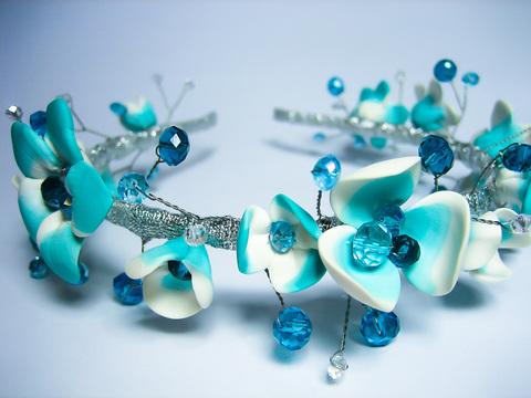 Обруч квітковий з кришталевими намистинами, блакитно-білий.