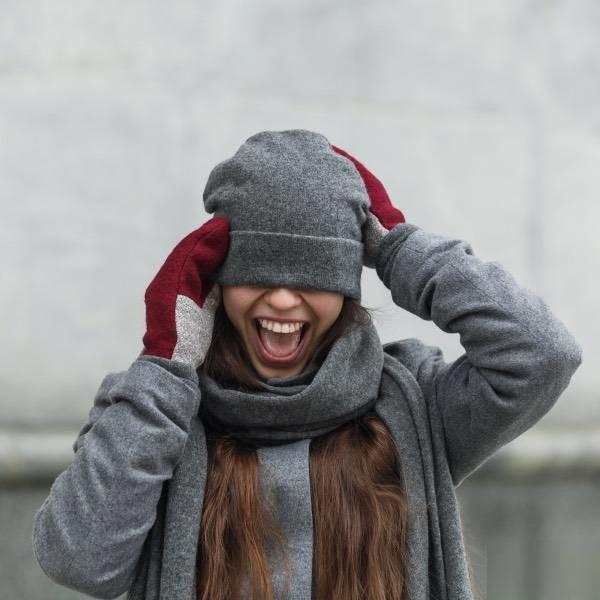 Комплект шапка и варежки зимние шерстяные фото