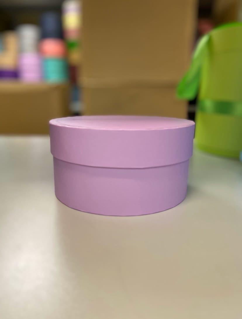 Короткая круглая коробка 18 см . Цвет:  Светло лиловый . Розница 250 рублей .