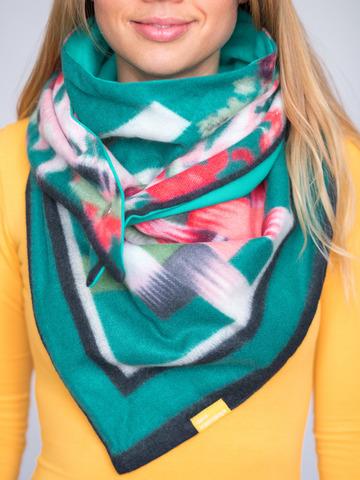 Косынка на клепке полушерстяная с хлопком цветочная зеленая с ягодно-розовым и изумрудным
