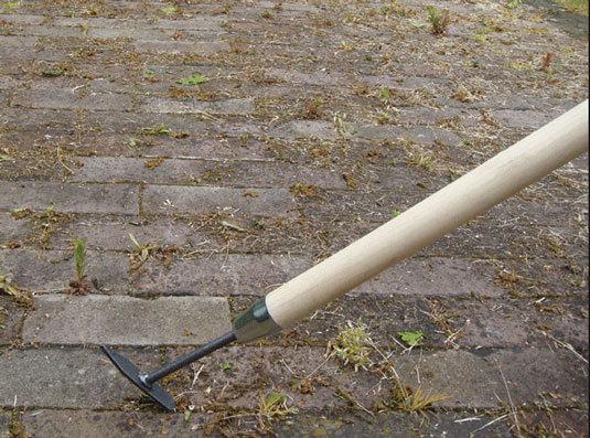 V-образный инструмент DeWit для очистки тротуарной плитки на длинной рукоятке 1400 мм