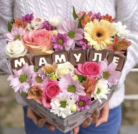 Цветы и шоколадные буквы «Мамуле» #16919
