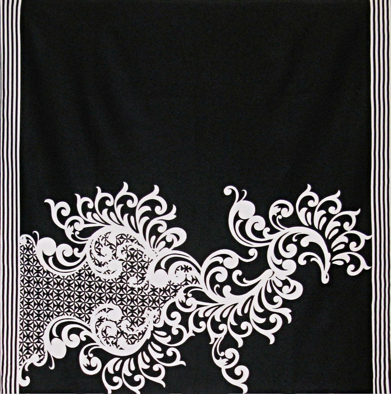 Платок У004-391 - Легкий платок насыщенного черного цвета является очень универсальной вещью. Данный аксессуар украшает большой орнамент белого цвета, а вдоль платка, на его краях, проходят черно-белые полосы, придавая стилю строгость и лаконичность. Состав изделия обуславливает его прочность и насыщенность цвета.Размер: 80х80 смЖоржет