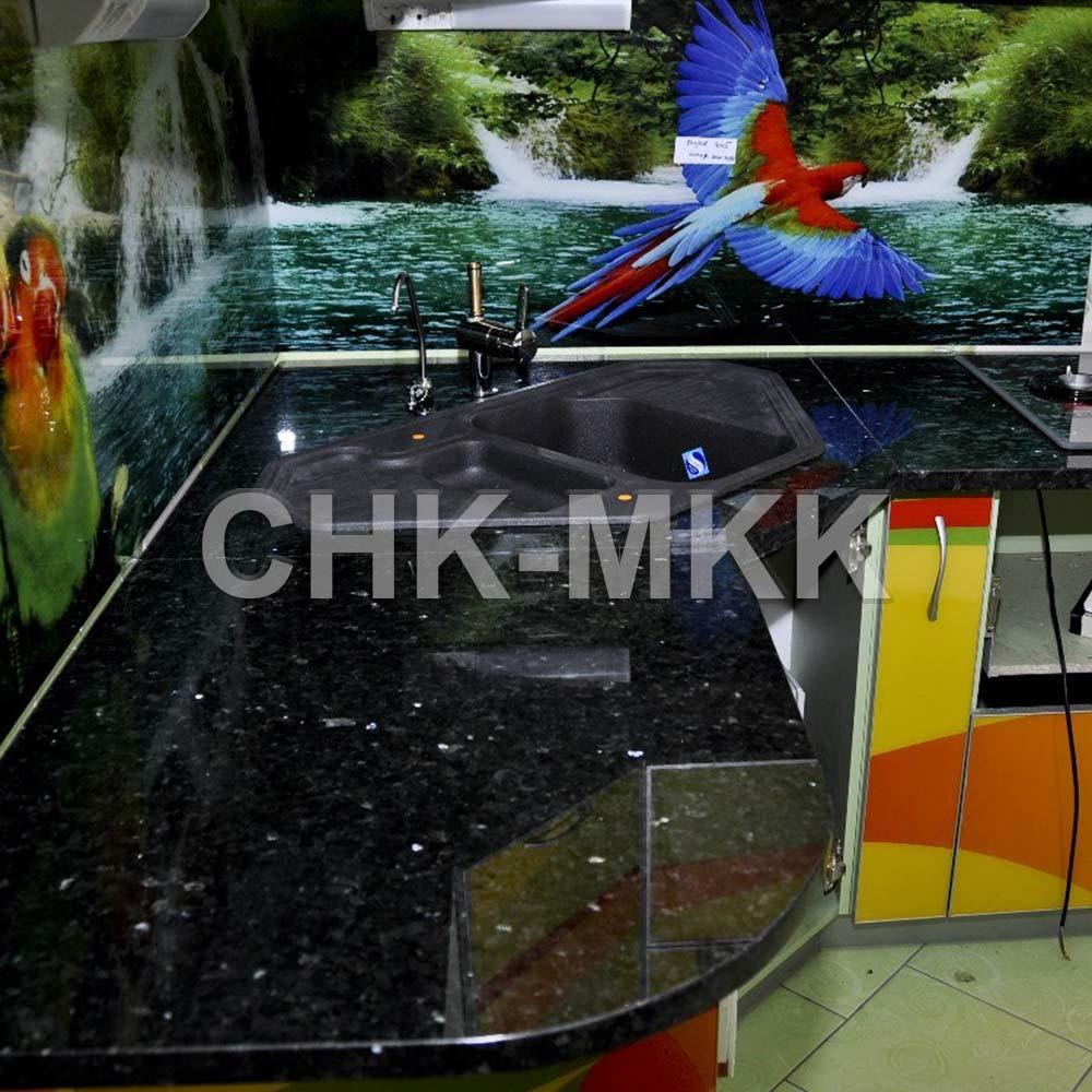 Фото угловой столешницы из гранита Блэк Гэлакси