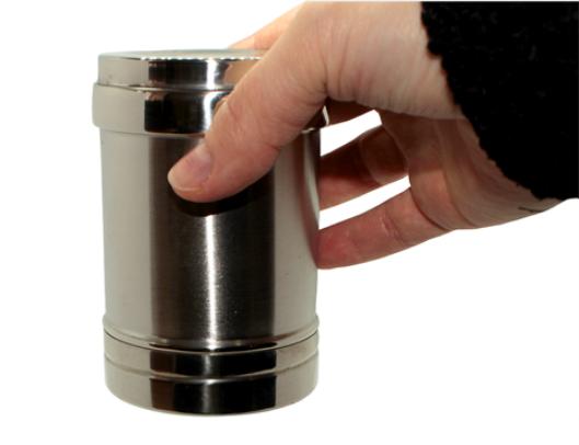 Вода не выливается из металлической чаши