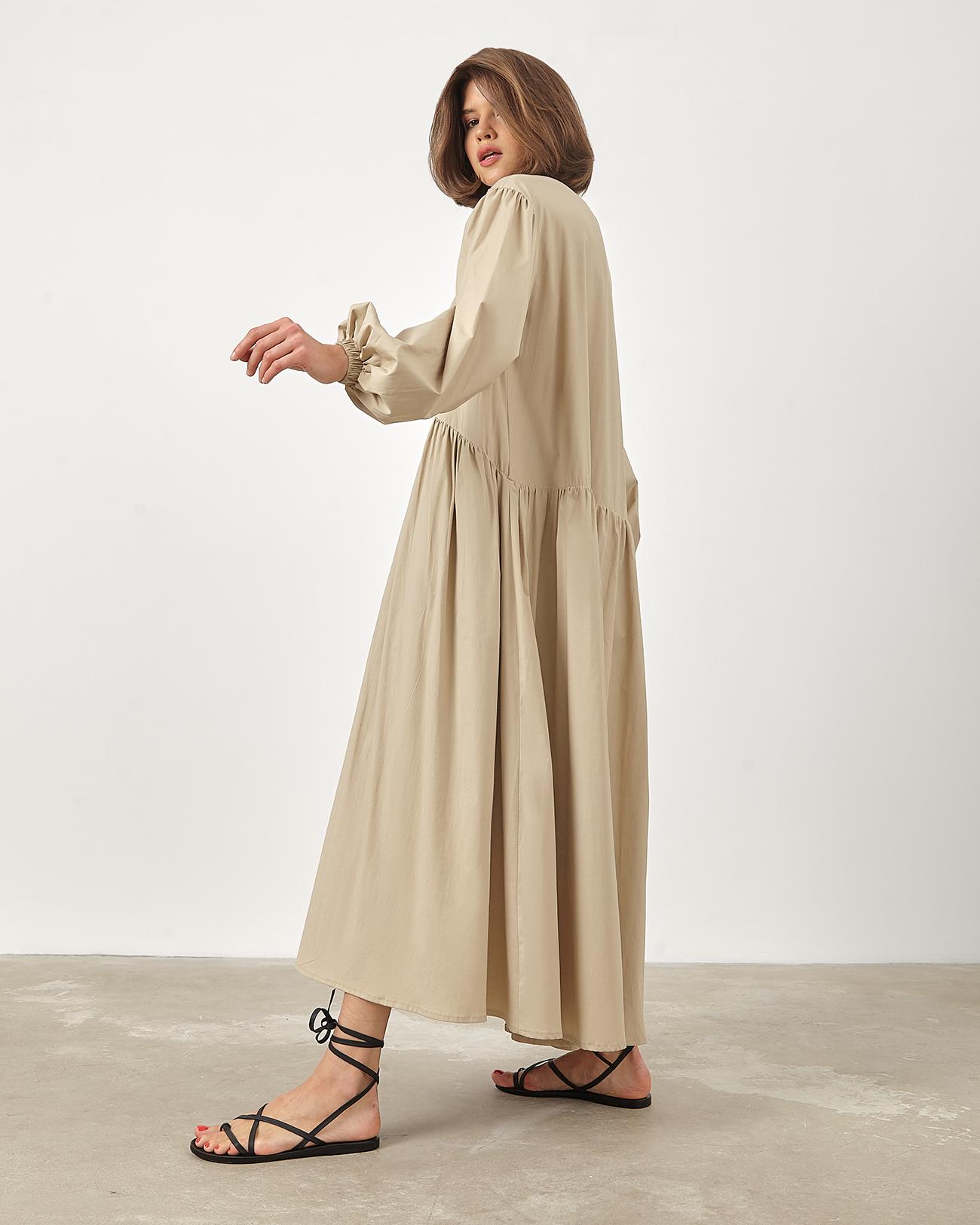 Платье миди объемного кроя бежевого цвета фото