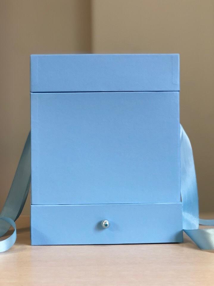 Квадратная коробка с отделением для подарка. Цвет:  Голубой . В розницу 500 рублей .