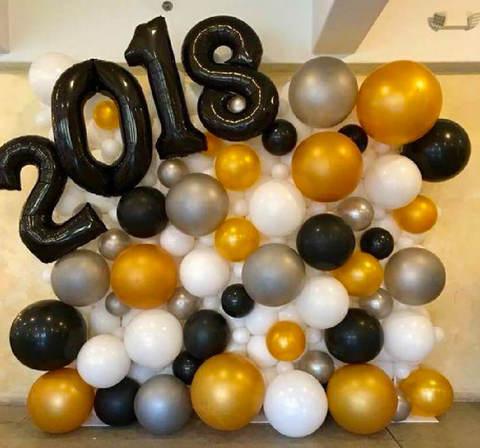 Оформление школы Стена из шаров с цифрами