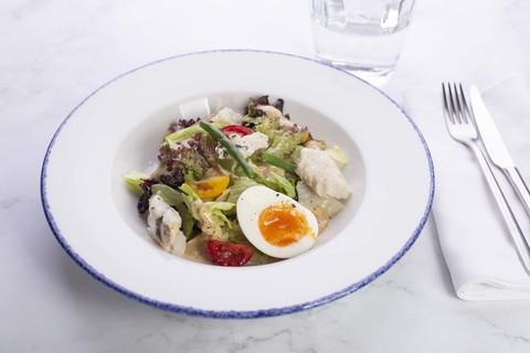 Салат из свежих овощей с запеченным судаком