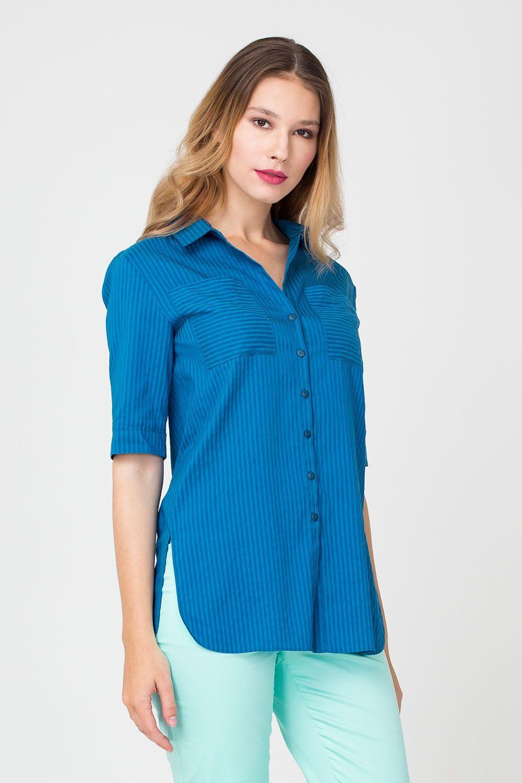 Блуза Г665а-324 - Женская блуза насыщенного синего цвета украшена классическим принтом в узкую полоску, рисунок на накладных карманах горизонтальный, что создает красивый контраст с тотальными вертикальными линиями. Модель застегивается на пуговицы. Закругленные края и «защип» на спинке позволяют сочетать блузу с любым низом.
